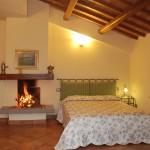 Casa Vacanze La Baghera – La Baghera Alta – Appartamento Donatello - Camera Matrimoniale con Camino